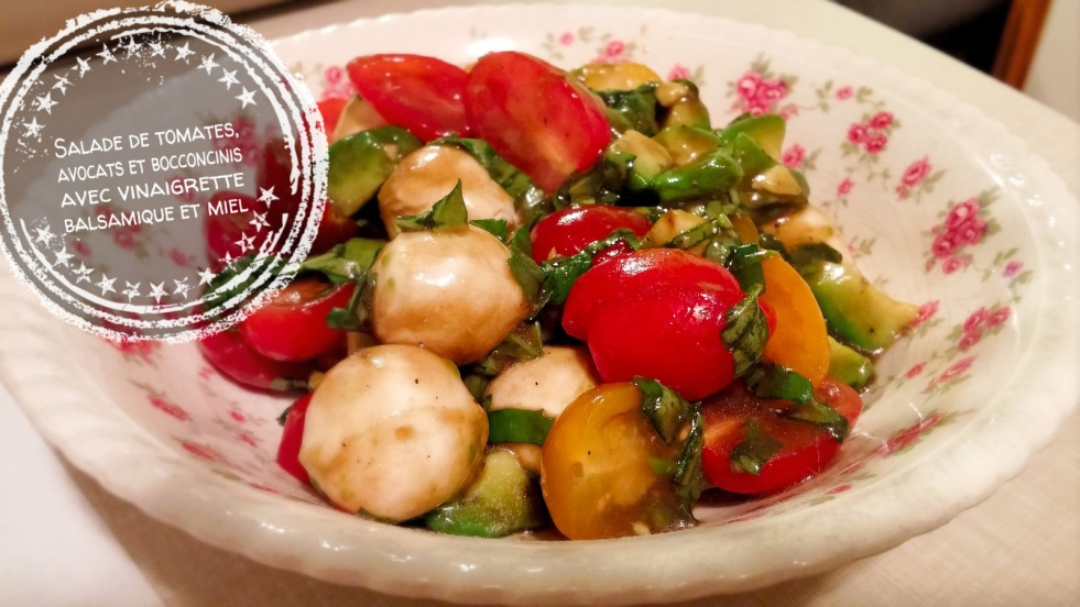 Salade de tomates, avocats et bocconcinis avec vinaigrette balsamique et miel - Auboutdelalangue.com